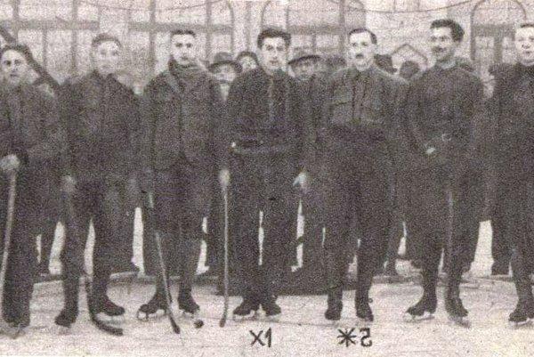Dôstojnícke družstvo Košíc na klzisku v mestskom parku v roku 1922.