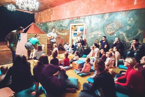 Interaktívne predstavenie Hop sa odohráva v Študovni pre malú skupinu divákov.