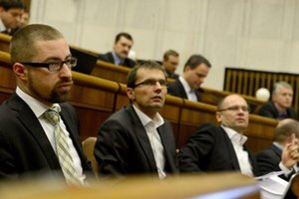 Martin Poliačik s kolegami z SaS počúva Pavla Pašku počas mimoriadnej schôdze v Národnej rade.