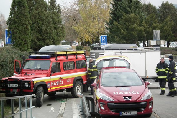 Zásah hasičov si vyžiadali aj dve podozrivé obálky.