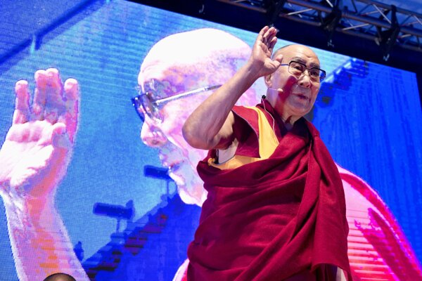 Na snímke Jeho Svätosť XIV. dalajláma počas verejnej prednášky v Národnom tenisovom centre AEGON Aréna v Bratislave.