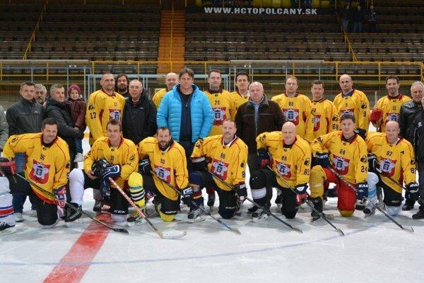 Pred dvomi týždňami sa hokejoví majstri dali opäť dohromady a na topoľčianskom zimnom štadióne si zaspomínali na skvelý výsledok z roku 1990. Prišiel ich pozrieť aj Andrej Kollár, ktorý bol od nich o rok mladší a majstrovstiev sa nezúčastnil.