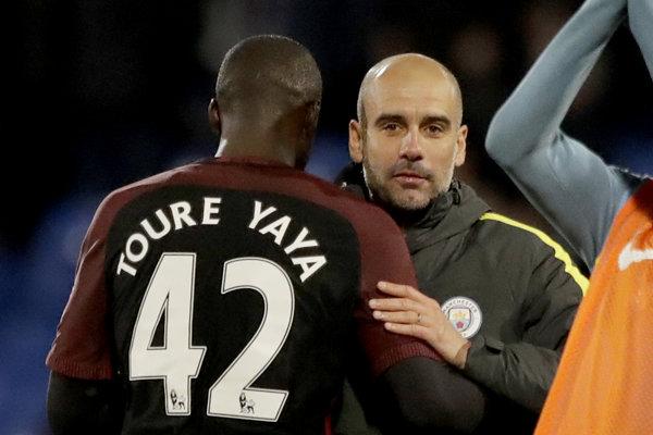 Yaya Toure (vľavo) sa opäť pustil do trénera Pepa Guardiolu.