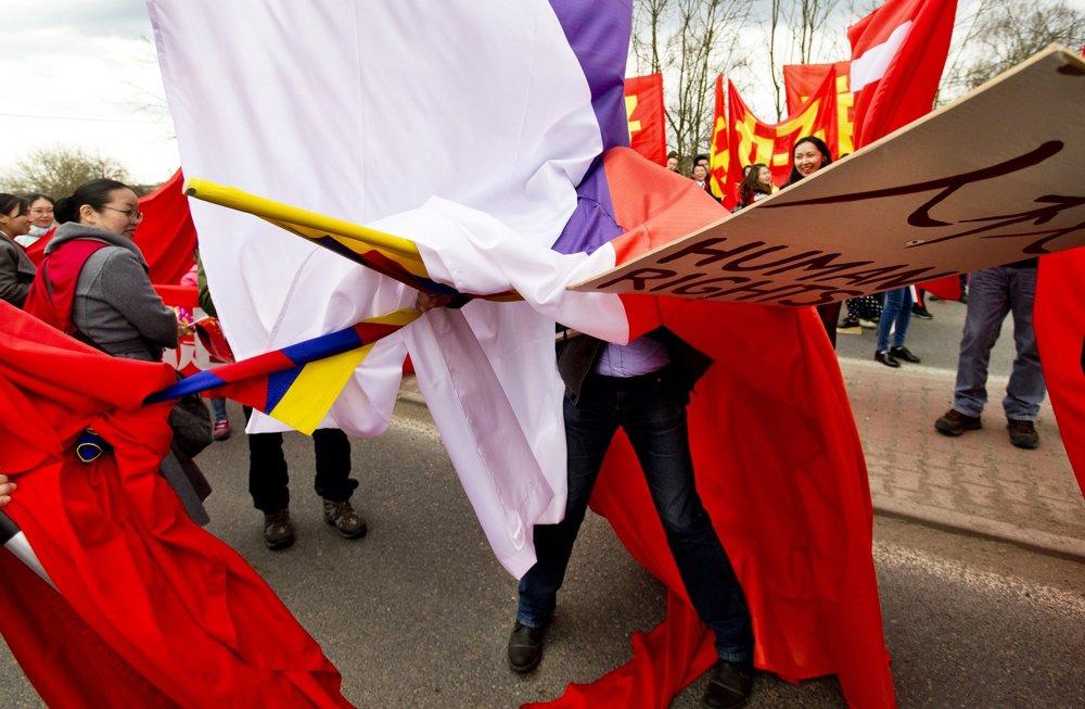 FOTOGRAFIA ROKA: Michal Šula, Mafra – Protesty proti návšteve Čínskeho prezidenta. Potýčky priaznivcov čínskeho prezidenta a ochrancov ľudských práv, ku ktorým dochádzalo počas celej návštevy v Českej republike.