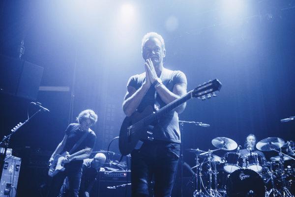 Sting na koncerte v parížskom klube Bataclan.