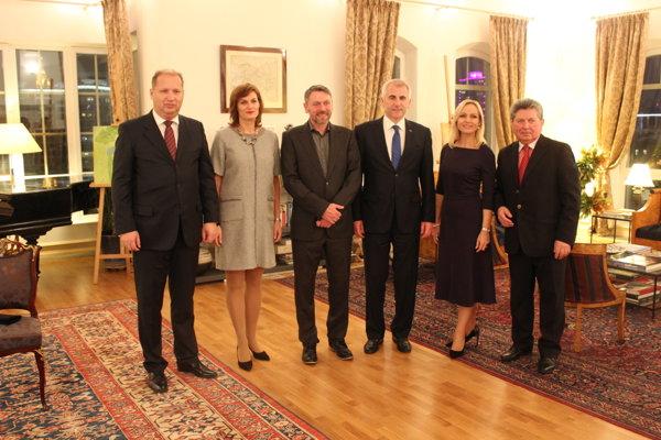Slovenské umenie predstavil v rezidencii veľvyslanca EÚ v Moskve aj Stanislav Mikovčák (tretí zľava)z Kysúc.