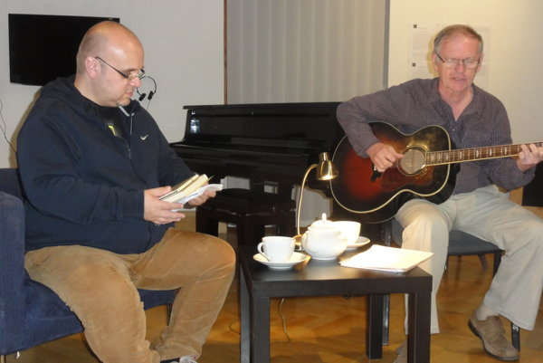 Jesenný cyklus besied 4-3-2-1... v galérii nedávno otvoril lekár, spisovateľ a muzikant Miloš Janoušek.