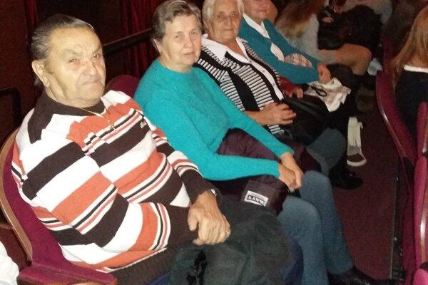 Seniroi sledovali divadelné predstavenie Zločin atrest.