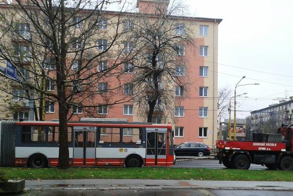 Trolejbus na Hlinkovej. Práve ho presúvali zjedného areálu do druhého.
