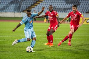 Seydouba Soumah (vľavo) si bude aj naďalej obliekať dres Slovana Bratislava.