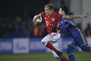 Holger Badstruber z Bayernu Mníchov (vľavo) a Sardar Azmoun z Rostovu.