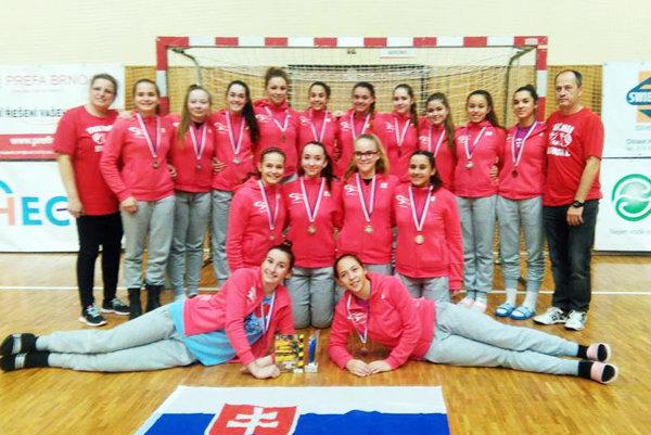 Mladšie dorastenky HK Slovan Duslo Šaľa získali strieborné medaily na kvalitne obsadenom turnaji v Hodoníne.