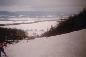 Lyžiarske stredisko v Porube v čase, keď fungovalo a navštevovali ho stovky lyžiarov.