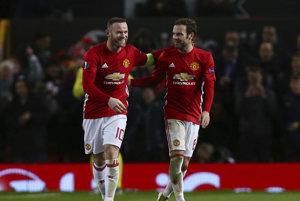 Wayne Rooney (vľavo) sa raduje z gólu s Juanom Matom.