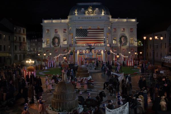 Scéna z filmu Wilsonov, kde sa Bratislava, vtedy Wilsonov, pripravuje na slávnostné podpísanie zmluvy o pripojení mesta k USA.