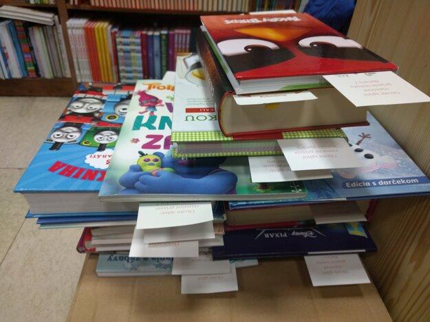 V každom z troch vybraných kníhkupectiev sa nachádza stolík s knihami, ktoré si vybrali deti zo sociálne slabších pomerov.