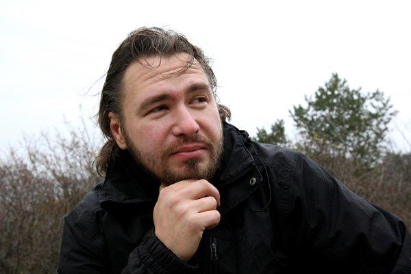 Slavomír Hlásny (1978) - narodil sa v Leviciach, vyštudoval Filozofickú fakultu Trnavskej univerzity. Vyučoval anglický jazyk a dejepis na strednej škole. Momentálne je nezamestnaný, do školstva sa chce určite vrátiť. Je slobodný.