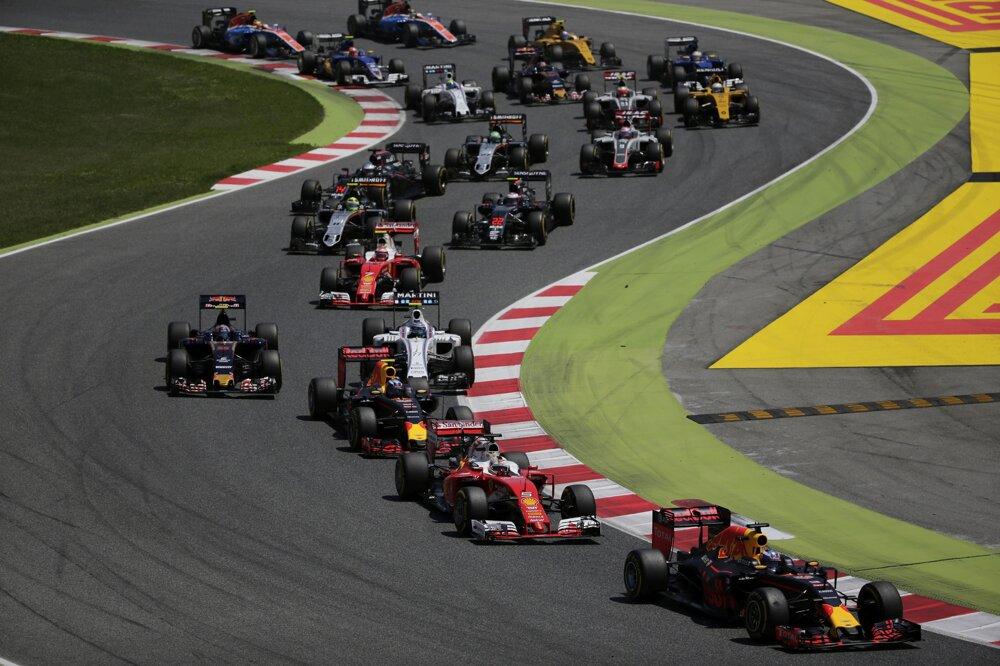 Do vedenia Veľkej ceny Španielska sa po štarte prebojoval Daniel Ricciardo z Red Bullu.