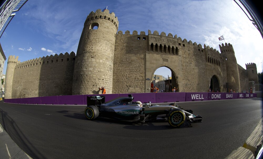 Lewis Hamilton z Mercedesu počas Veľkej ceny Európy. V Baku, hlavnom meste Azerbajdžanu, sa konali preteky F1 tento rok prvý raz.