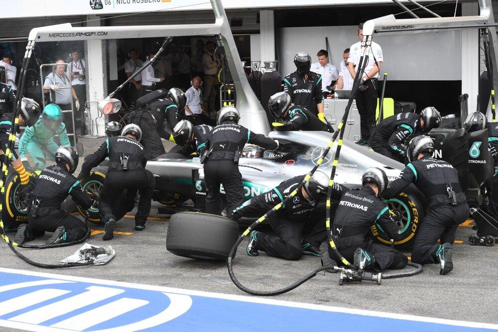 Nico Rosberg počas zastávky v boxoch na nemeckom okruhu Hockenheim.