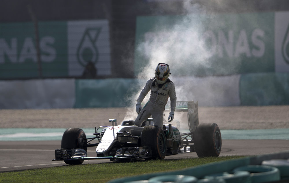 Lewis Hamilton vystupuje v Malajzii zo svojho monopostu s pokazeným motorom.