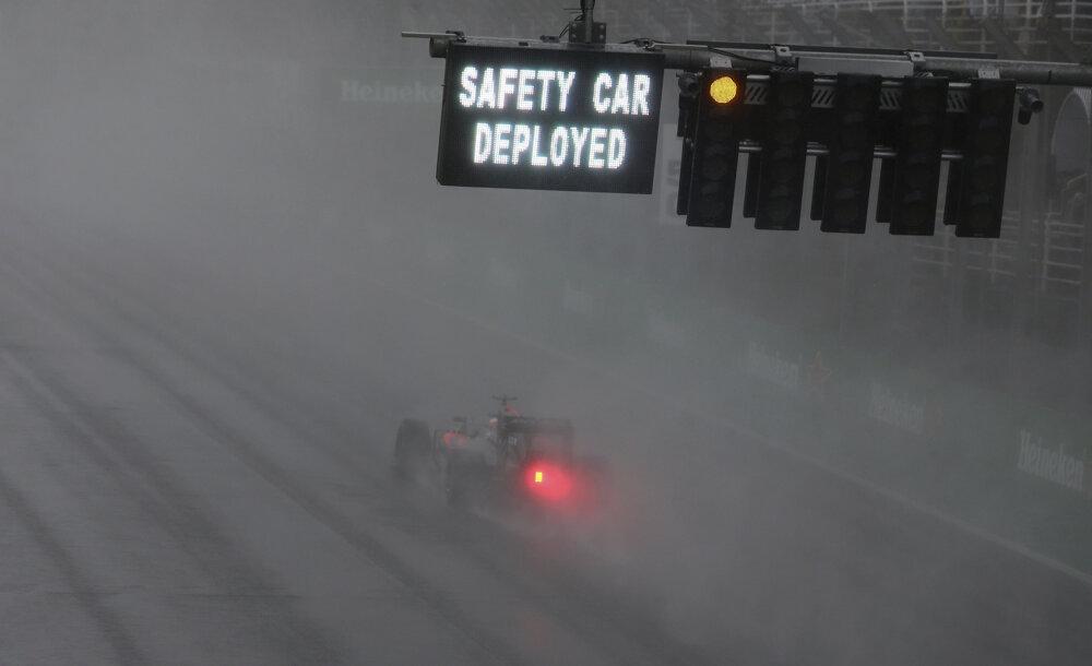 Pre silný dážď vyrazil na okruh Interlagos safety car.