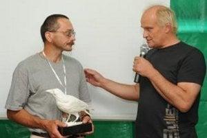 Michael Kocáb (vpravo) odovzdáva sošku Bielej vrany sudcovi Alexandrovi Mojšovi na hudobnom festivale Bažant Pohoda v Trenčíne.
