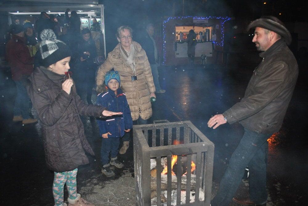 Komu bola zima, mohol sa ohriať pri ohníku.