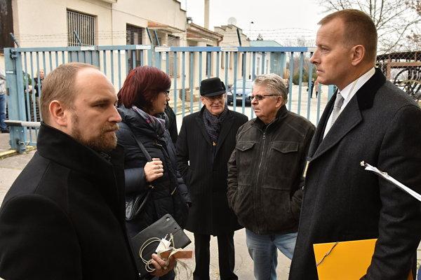Poslanecký prieskum včera prebehol na letisku, v úrade TTSK už nepokračoval, chýbal Tibor Mikuš.