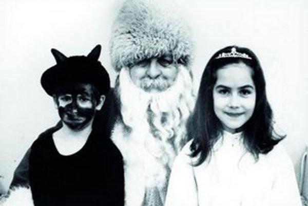 Takto vyzerala začiatkom 90. rokov mikulášska úderka rodiny Satinských.