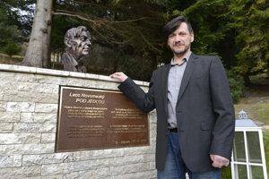 Peter Ilčík, autor busty Ladislava Novomeského, pôsobí ako pedagóg na Škole úžitkového výtvarníctva v Košiciach.