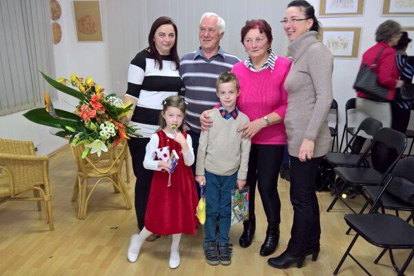 Eva Procnerová (vľavo) na vernisáži výstavy privítala aj svoju rodinu.