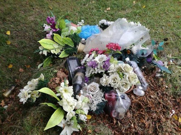 Nie všetci návštevníci cintorína sa príkladne starajú o hroby príbuzných.
