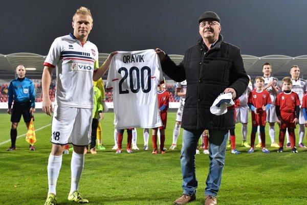 Peter Orávik prijal pred zápasom gratulácie od majiteľa Viliama Ondrejku k odohraniu 200 duelov v najvyššej súťaži a potom strelil dva góly do prešovskej siete.