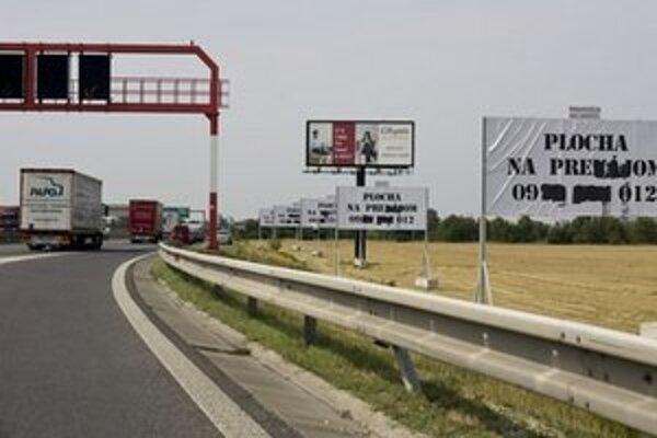 Bilboardy nemali podľa Zmajkovičovej stáť pri ceste mimo mesta bližšie ako 250 metrov a v meste bližšie ako 80 metrov.