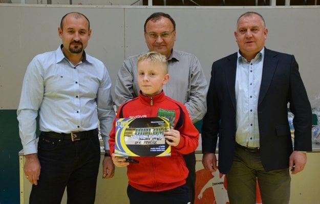 Najlepším brankárom sa stal Sebastián Ištván z OFK Prašice. Ceny mu odovzdávali (zľava): Marián Čulák (predseda ŠTK ObFZ Topoľčany), Peter Baláž (primátor Topoľčian) a Pavol Šípoš (predseda ObFZ Topoľčany).