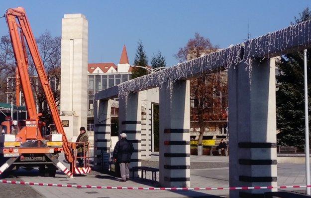 Vianočné mestečko bude na námestí od 16. decembra. Svetelné reťaze už nainštalovali.