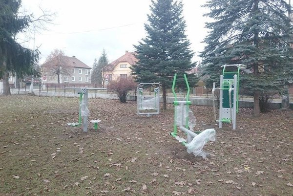 V areáli školy osadili fitnes stanovištia.