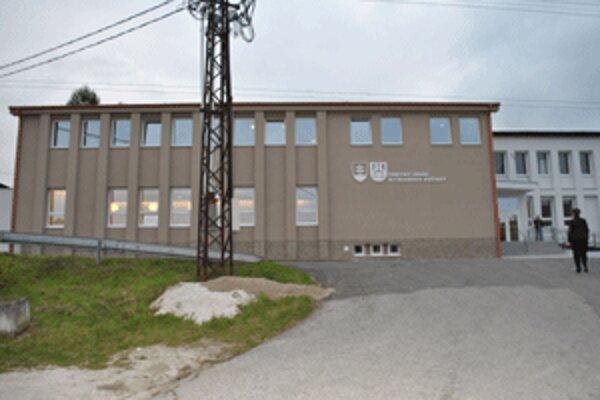 Nová budova sa stala jednou z dominánt dediny.