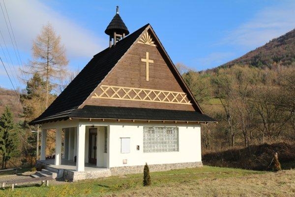 Opravená šindľová strecha domu smútku.