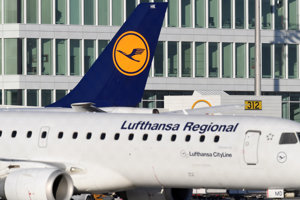 Lietadlo spoločnosti Lufthansa stojí na letisku v Mníchove.