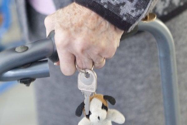 Starší ľudia majú radi istotu. Darujú, no chcú sa aj zabezpečiť.