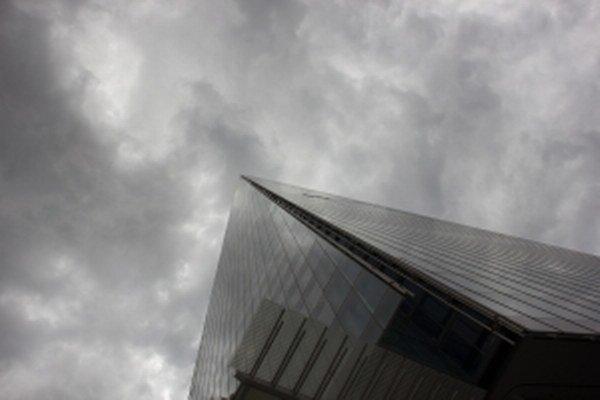 Dážď, vietor a záplavy vo Veľkej Británii prispeli k tomu, že bolo menej obhliadok nehnuteľností.