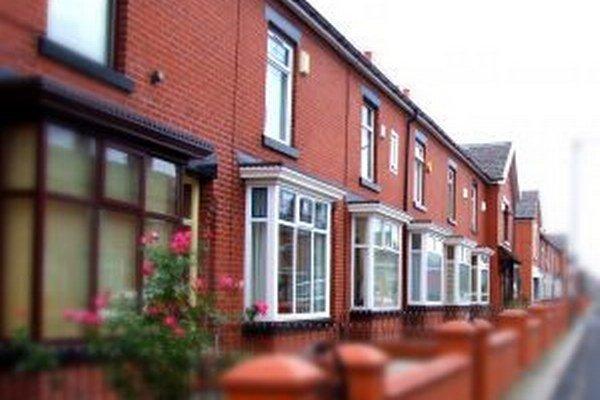 Počet rozostavaných domov v Anglicku je nižší o 40 percent oproti úrovni pred krízou. Rast výstavby nestačí držať krok s rastom počtu domácností.