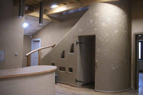 Schodisko je v tomto prípade centrom pozornosti každého prichádzajúceho návštevníka. Dom v rekonštrukcii zo stredného Slovenska.