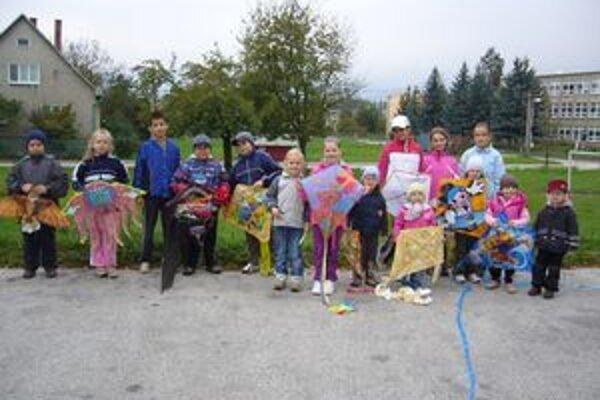 Deti svoje pestré šarkany predstavili počas prvej minišarkaniády.