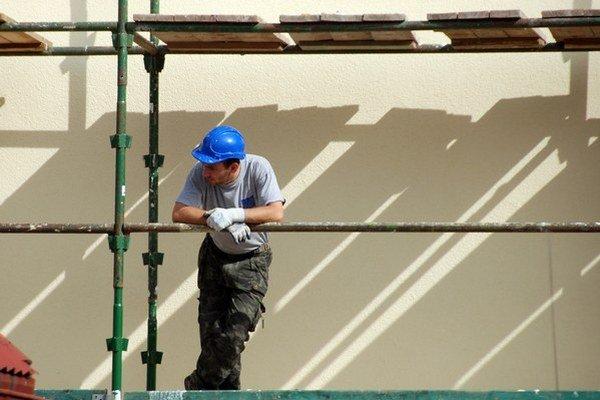 Štátny fond rozvoja bývania poskytuje úvery na obnovu aj pre vlastníkov rodinných domov skolaudovaných do 31.12. 2001. Pre komplikované podmienky o takéto úvery v súčasnosti nie je záujem.