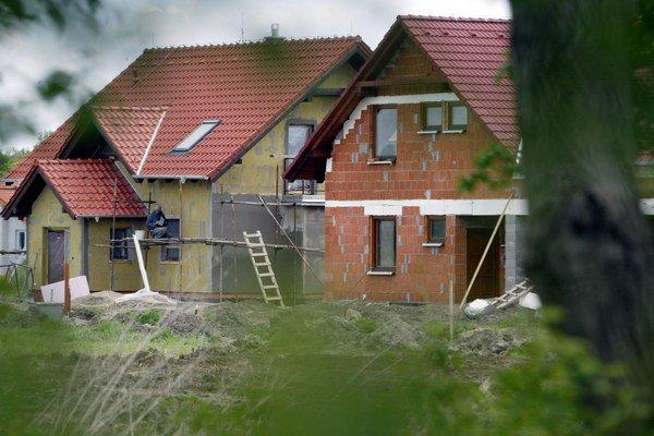 Odstupy medzi domami majú okrem ďalších zákonných požiadaviek zohľadňovať aj údržbu stavieb a užívanie priestorov medzi stavbami.
