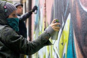 Žiadateľ môže na odstránenie nelegálnych grafitov dostať najviac tri tisícky eur. No len vtedy, ak na opravu fasády už neprispela poisťovňa.