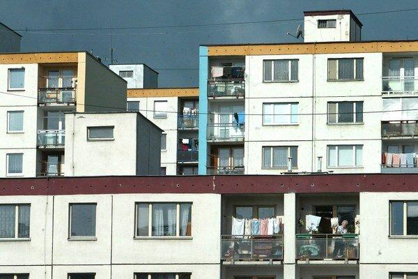 Z úverov ľudia platia opravy strechy, zateplenie fasády aj po výmenu rozvodov a podobne.